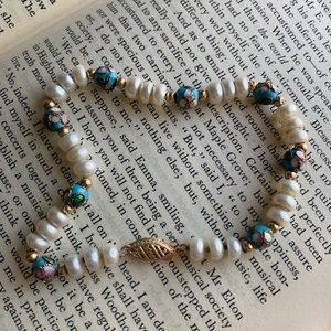 Jewelry - Pearl gold and floral design bead bracelet